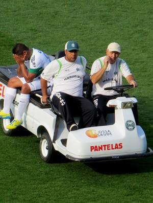 Uelliton, volante do Coritiba, sai machucado (Foto: Fernando Freire)