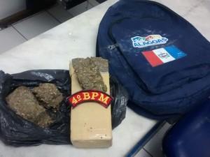 Suspeito estava com um quilo de maconha (Foto: Divulgação/Polícia Militar)
