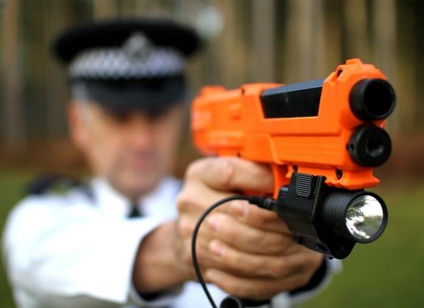 A arma que atira cápsulas com líquido de DNA desenvolvida por empresa britânica (Foto: Divulgação/Selectamark)