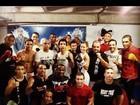 Bananinha treina e posa para foto rodeada por 19 lutadores de MMA