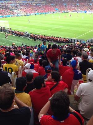 Chilenos invadem Maracanã, assistem jogo na escada (Foto: Luciano Ribeiro)