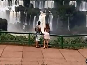Casal aparece em cenas de sexo no atrativo (Foto: Reprodução)