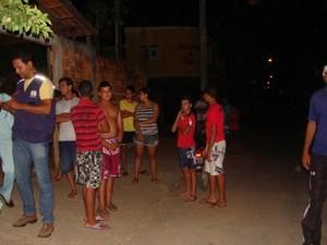 Moradores com medo saem para fora das casas (Foto: Michelly Oda/G1)