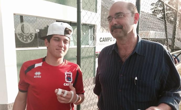 Lucas Otávio vai ao hospital para realizar exames e engessar o dedo quebrado (Foto: Douglas Trevisan - Divulgação Paraná Clube)