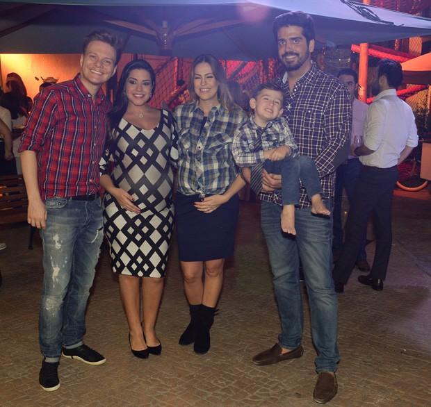 Michel Teló e Thaís Fersoza posam com Milena Vedan, Fábio Fakri e o pequeno Luigi (Foto: Francisco Cepeda/AgNews)