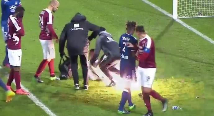 Momento em que o rojão atinge o goleiro Lopes, do Lyon (Foto: Reprodução / Internet)