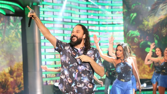 Gabriel O Pensador improvisa rap nos bastidores do 'Domingão'