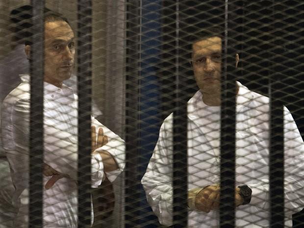 Foto de 8 de junho de 2013 mostra os filhos de Hosni Mubarak,  Gamal (esquerda) e Alaa (direita), presos durante julgamento no Cairo (Foto: KHALED DESOUKI/AFP)