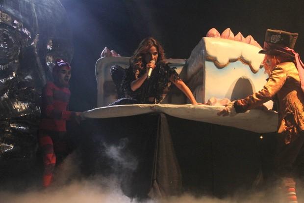 Wanessa surge no palco dentro de um bolo cenográfico (Foto: Thyago Andrade/ Fotorio News)