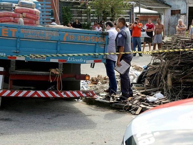 Idosa não teria visto caminhão e foi atropelada em São Vicente (Foto: G1)