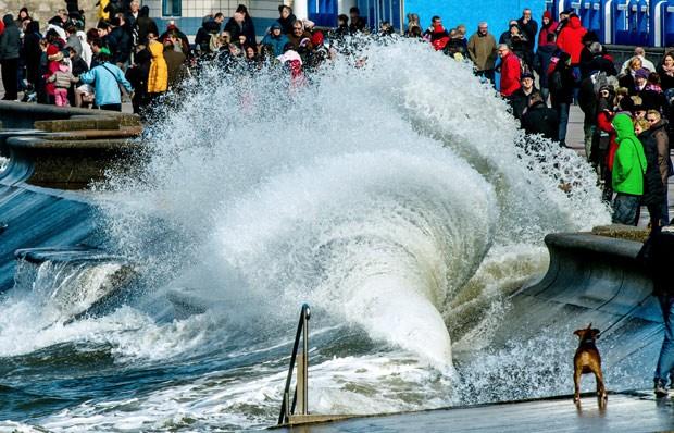 visitantes se reúnem para obervar maré na cidade de Wimereux neste sábado  (Foto: AFP Photo/Philippe Huguen)