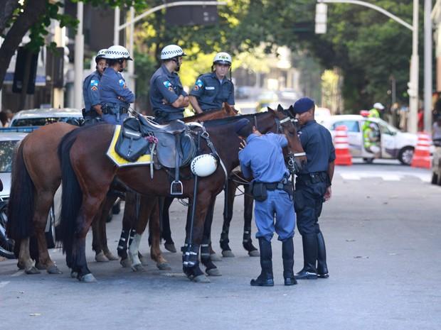 A cavalaria da PM e a Guarda Municipal, ao fundo, atuam em Copacabana (Foto: Divulgação/Philippe Lima)