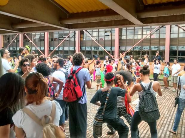 Estudantes participam de bichaço no campus da Ufop (Foto: Aleone Rodrigues/Arquivo pessoal)