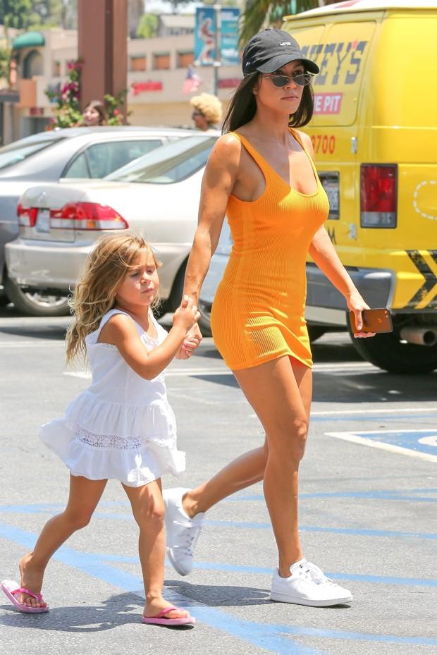 Kourtney Kardashian e a filha Penelope (Foto: AKM-GSI)