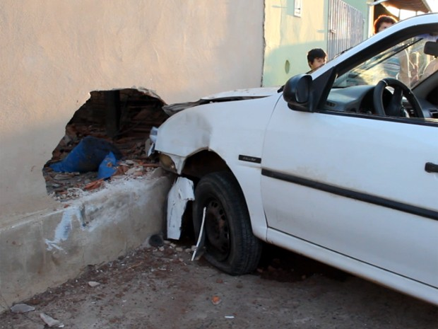 Carro atropelou mãe e filho e colidiu com muro em São Carlos (Foto: Maurício Duch)