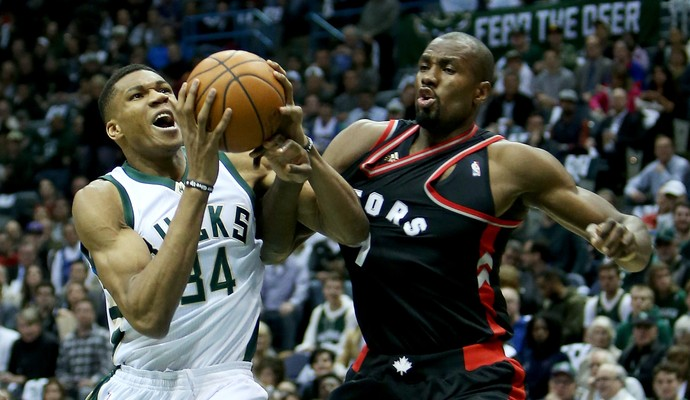 Giannis Antetokounmpo, do Milwaukee Bucks, disputa jogada com Serge Ibaka, do Toronto Raptors (Foto: Getty Images)