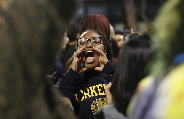 Manifestante grita durante o protesto da noite de domingo em Berkeley, Califórnia (Foto: Stephen Lam/Reuters)