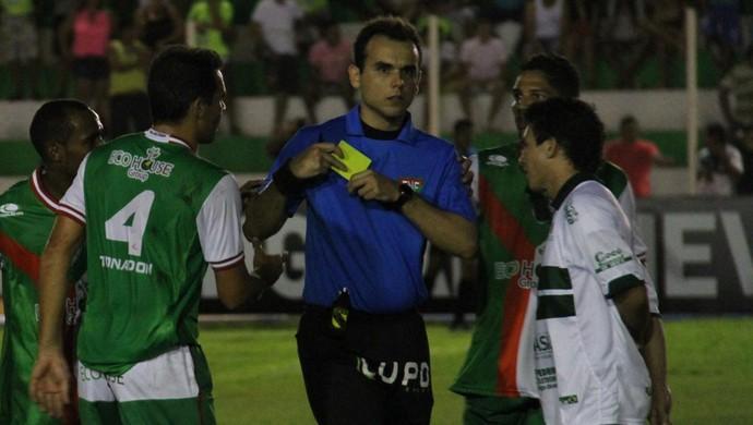 Árbitro Leandro Saraiva é cercado por jogadores do Alecrim (Foto: Gabriel Peres/Divulgação)