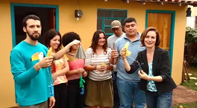 """O ecobrinquedista Renato Barbosa mostrou para o Mais Caminhos como fazer o brinquedo """"paraquedista"""" (Foto: reprodução EPTV)"""