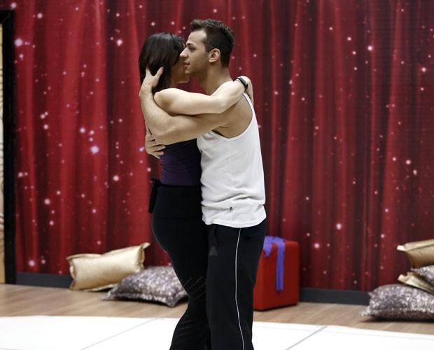 Vanessa Gerbelli e Deny Ronlado ensaiam a lambada (Foto: Fábio Rocha/ TV Globo)