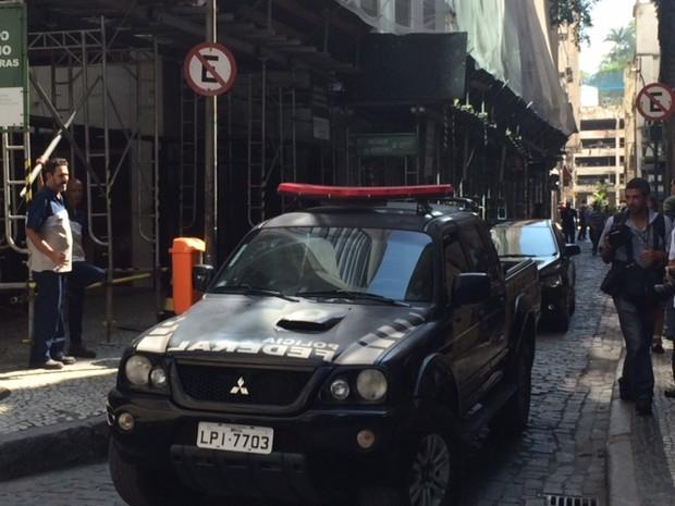 Os agentes da Polícia Federal estão no prédio da Eletronuclear, no Centro do Rio, desde às 6h. Às 11h, mais um carro da PF chegou ao local.  (Foto: Alba Valéria Mendonça/G1)