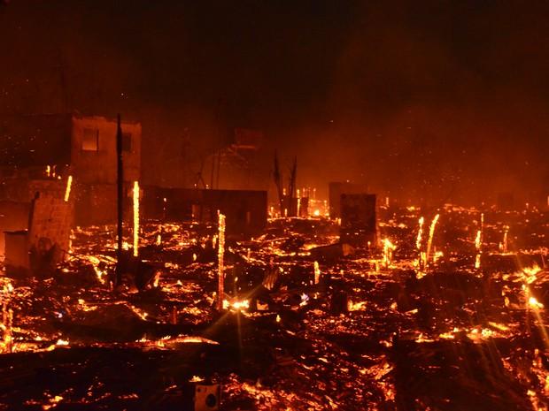 Incêndio atingiu três quarteirões do bairro Perpétuo Socorro, em Macapá (Foto: Abinoan Santiago/G1)