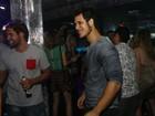 Emiliano D'Avila se joga em pista de dança de boate carioca