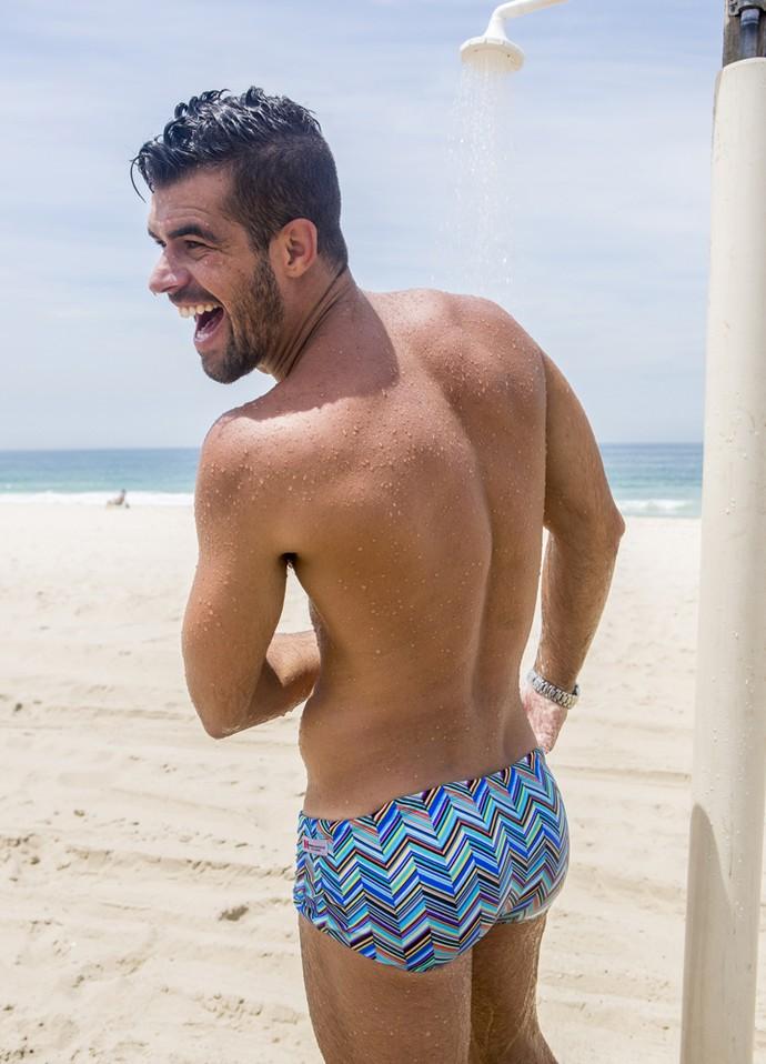 Borat também brinca no chuveiro da praia (Foto: Felipe Monteiro/Gshow)