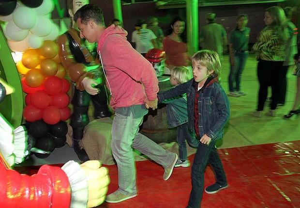 Luciano Huck leva Benício e Joaquim à festa de aniversário (Foto