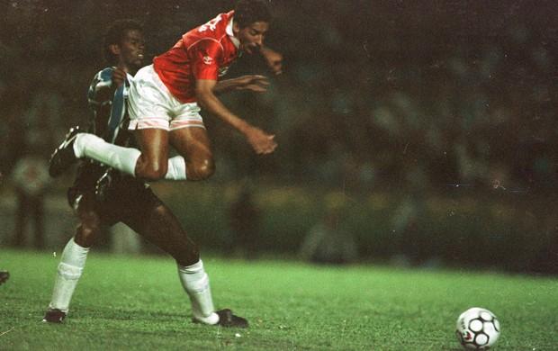 Gérson, centroavante do Inter, contra o Grêmio na Copa do Brasil de 1992 (Foto: Valdir Friolin/Agência RBS)