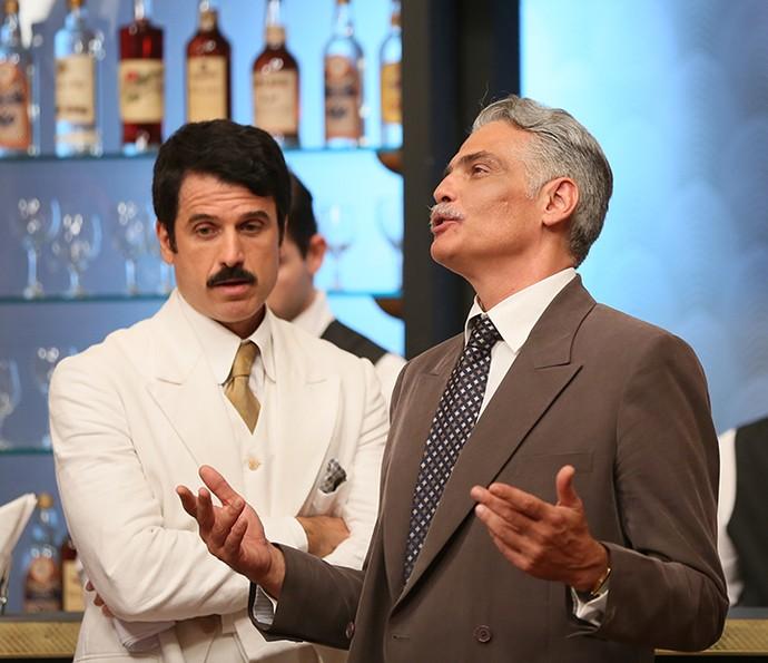 Severo e Ernesto conversam no bar: comerciante quer dançar com Diana (Foto: Camila Camacho/Gshow)