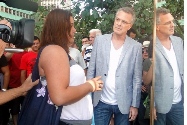 Bial grava com um espelho no centro do Rio de Janeiro (Foto: Na Moral/TV Globo)