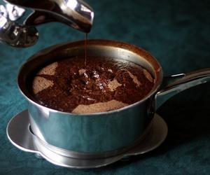 Suflê de chocolate com calda de café e chocolate