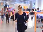 Grazi Massafera embarca em aeroporto do Rio com look casual