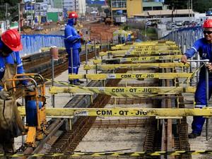 Primeiros trilhos da Via Permanente estão sendo instalados na saída do Centro de Manutenção, ao lado do Aeroporto Marechal Rondon, em Várzea Grande. (Foto: Edson Rodrigues / Secopa)