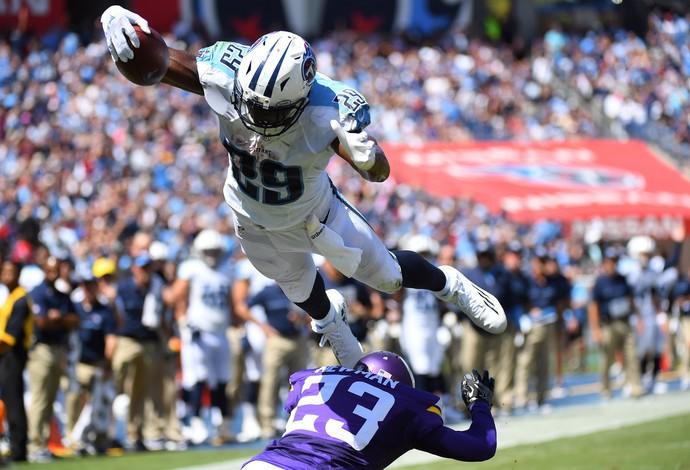 DeMarco Murray voa para a cambalhota e o touchdown (Foto: Reuters)