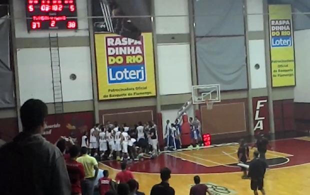 Confusão Gávea flamengo macaé basquete (Foto: Reprodução/Youtube)