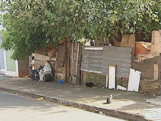 Casa na Vila Dutra é alvo de reclamação de vizinhos (Foto: Reprodução/TV Tem)