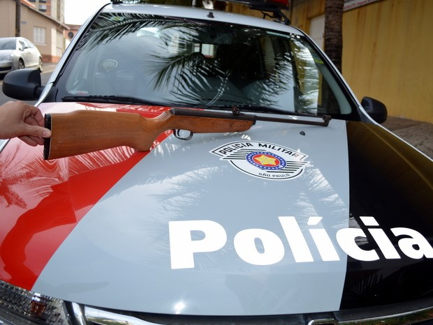 Espingarda usada por homem para ameaçar vizinho em Piracicaba (Foto: Fernanda Zanetti/G1)