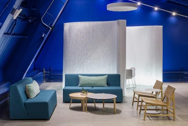 A empresa ganhou um ambiente de trabalho que imita uma casa. Aqui, a sala de reuniões se parece com uma sala (Foto: Reprodução)