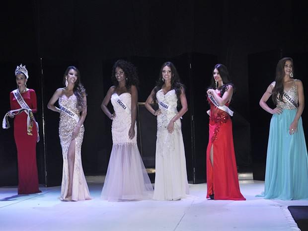 Miss Mato Groso 2014 (primeira à esquerda) e finalistas do concurso de 2015. (Foto: Claryssa Amorim/G1)