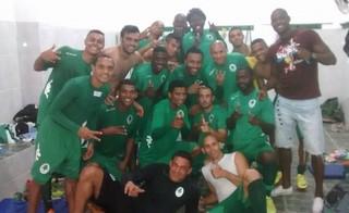 jogadores do boavista comemoram vitória sobre o queimados (Foto: Reprodução)