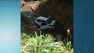 Carro vai parar dentro de córrego após motorista perder controle, em Mimoso do Sul