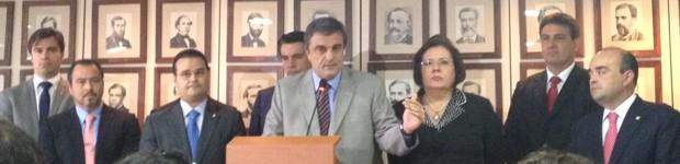 O ministro da Justiça, José Eduardo Cardozo (centro), e membros do grupo de trabalho sobre a PEC 37 (Foto: Mariana Oliveira / G1)