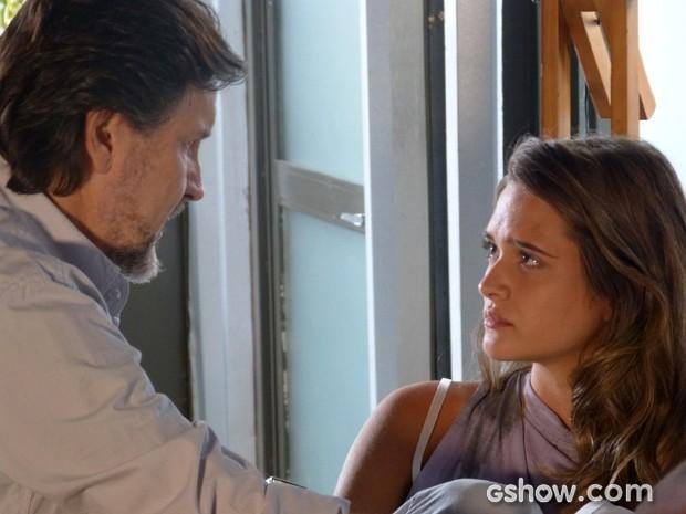 Lili fica na dúvida depois de ouvir LC falando sobre a máquina (Foto: Além do Horizonte/TV Globo)