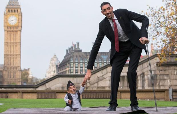 Homens mais alto e mais baixo do mundo se encontraram (Foto: Andrew Cowie/AFP)