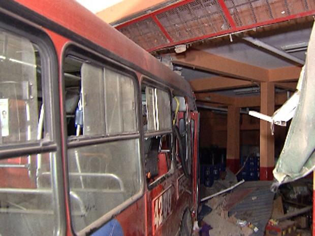 Ônibus invade pizzaria em Santa Luzia, na Grande BH (Foto: Reprodução/TV Globo)