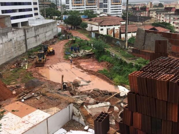 Defesa Civil está no local para avaliar riscos de desmoronamento (Foto: Aura Mazda/Tribuna do Norte)