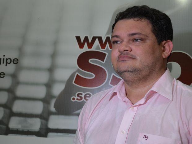 Delegado Wanderson Bastos explica como chegou ao suspeito (Foto: Marina Fontenele/G1)