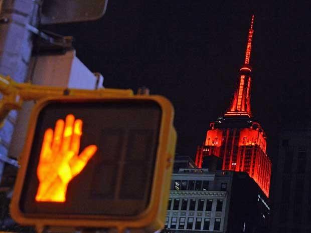 O Empire State Building é iluminado em vermelho para representar a vitória dos candidatos do Partido Republicano após os resultados preliminares das eleições de meio de mandato do Senado dos EUA. (Foto: Mladen Antonov / AFP Photo)